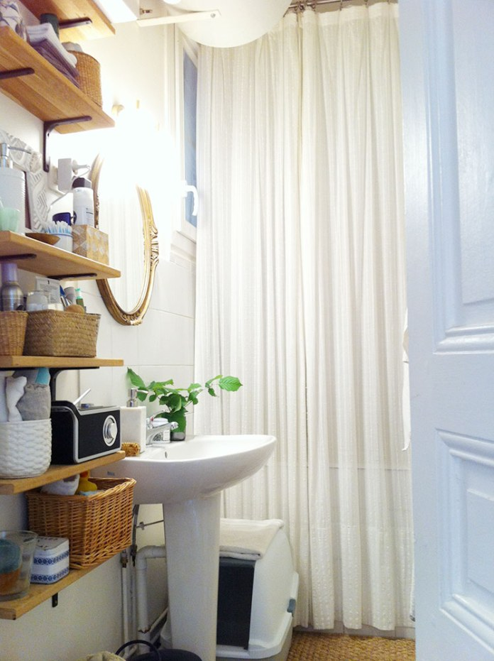 Tiny Apartment Bathroom | egg & dart blog
